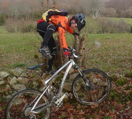 15 Pierre monte sur son vélo